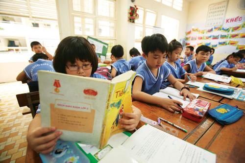 Đã có nhiều lần giảm tải ở bậc tiểu học nhưng chương trình học ở bậc học này vẫn luôn quá tải đối với học sinh - Ảnh: Đào Ngọc Thạch