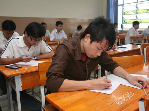 Thi cử còn nặng nề, kiến thức đánh đố trong các kỳ thi khiến việc giảm tải chương trình không có ý nghĩa với học sinh - Ảnh: Đào Ngọc Thạch
